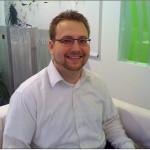 Matthias und seine neue Mykita Brille gemütlich in der Eye-Lounge