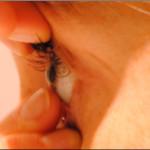 Weiche Kontaktlinsen ganz einfach vom Auge nehmen