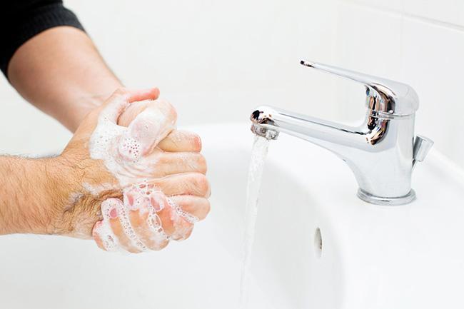 haende-waschen-kontaktlinsen-aufsetzen